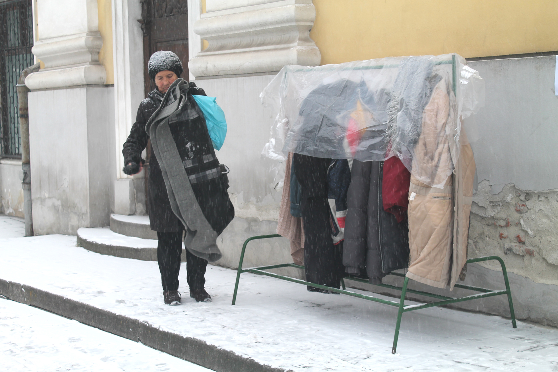 5f34dfa92e ... a főtéren pedig a római katolikus plébánia elé kihelyezett fogasra  akaszthatnak fel az adakozók meleg kabátokat, téli öltözéket a rászorulók  részére.